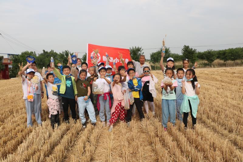 新华小记者芒种时节走进乡村开展小农夫体验活动
