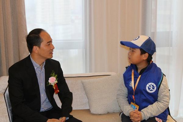 图为新华小记者体验采访获奖选手